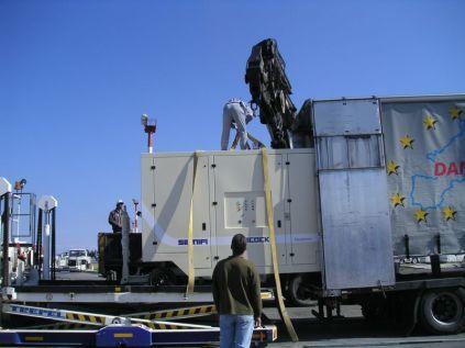 Déchargement de la clim mobile pour l'aéroport de Rhodes...
