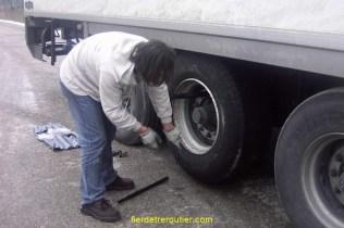 Surtout serrez bien la roue en l'air, vous ne vous fatiguerez pas, et votre serrage n'en sera que plus sur.
