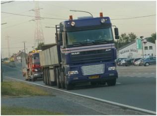 Un camion avec des plaques en fer