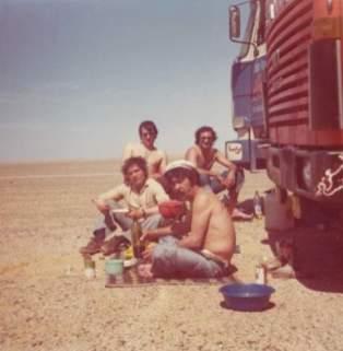 Notre ami Max (qui menace son assiette) avec Hervé, Cardelin et un chauffeur d'Altariba (dans le désordre)