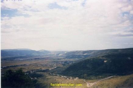 Avant, on arrive à Mostar par les hauteurs.