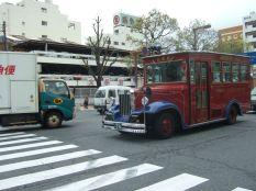 joli bus du chateau d'IMEJI et un petit porteur au couleur du transporteur au joli logo (dont j'ignore toujours le nom!)