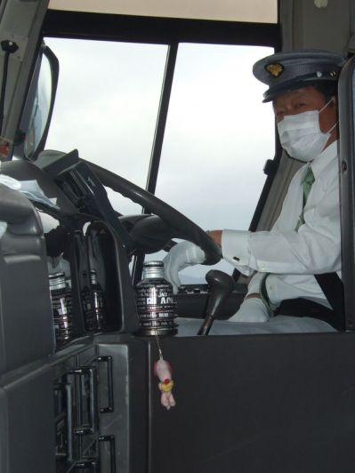 notre conducteur du bus avec le masque et les gants blancs; Ceux-ci sont très courants chez les chauffeurs professionnels, car cela permet aux conducteurs que l'on croise de voir plus nettement leur salut !