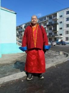 un moine bouddhiste qui a fait une petite cérémonie pour la famille de mes amis (le bout de ses bottes et courbé pour ne pas blesser la terre)