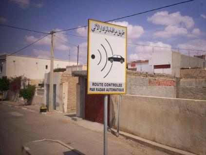 une photo que j'ai prise à Tataouine (sud Tunisie). Je n'avais jamais vu ce genre de panneau en Tunisie