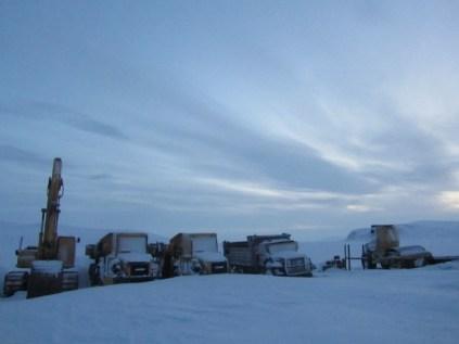 ces machines ne sont utilisées que 2-3 mois par année. Elles servent à extraire de la terre d'un site de radars américains tout proches. La terre contaminée est envoyée par bateau aux USA pour nettoyage... et ramenée sur place car les Inuits exigent qu'elle reviennent chez eux. Un autre monde, je vous dit, un autre monde...