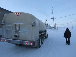 camion de livraison de l'eau fraîche (ou est-ce celui des eaux usées - pourvu que eux ne confondent pas...). Révolu le temps où on faisait fondre un peu de neige dans l'igloo...
