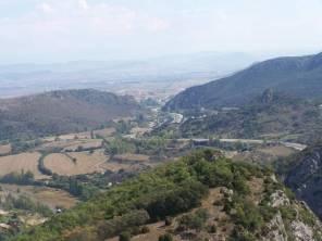 On y voit à gauche, les axes filant vers Miranda que l'on devine au fond, et les montagnes du Pays Basque