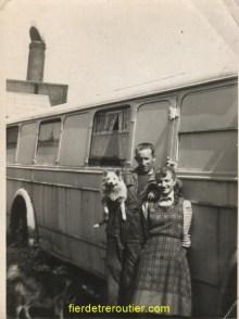 Pierre et Paulette dans leur première demeure à Boussois « 59 » non ce n'est pas moi dans les bras de mon père là je suis encore dans le ventre de ma mère donc en 1957.