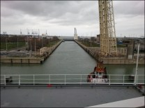 Passage de l'écluse pour sortir du port avec l'aide des remorqueurs et c'est parti pour deux jours de mer.