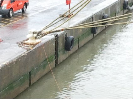 Et bien on vide le port de son eau pour faire baisser le niveau + remplir les ballastes arrières du navire, environ 3 heures !
