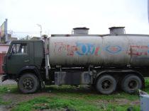 une citerne de distribution d'hydrocarbures sur chassis Kamaz