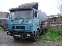un tracteur Maz attelé à une citerne d'hydrocarbures