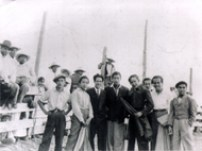 """En una """"Chonada"""", el Maletilla Enrique Hernández """"Rayito"""", muleta en mano, en una Plaza de vigas, flanqueado por José Cerezo, Beto Carriles y Florencio Huerta"""