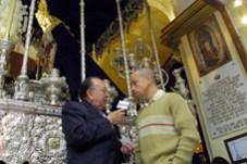 Con el futbolista Gerardo Torrado, en la Capilla de las Aguas (Sevilla, España), al lado de la Virgen de las Aguas (en palio), y la Virgen de Guadalupe