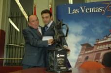 """Entregando el Trofeo """"Fiesta Brava"""", al Maestro Enrique Ponce, en la Monumental Plaza de Toros de """"Las Ventas"""" (Madrid, España)"""