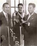Ante el estandarte y micrófono de la X.E.F.R., la Cantante Rosita Quintana y el Compositor Cuco Sánchez