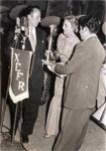 """En su primer evento radiofónico, la Cantante Amalia Mendoza """"La Tariácuri"""", recibiendo el Trofeo """"Estrellas de la Canción Mexicana"""", con el Mariachi Vargas de Tecalitlán"""