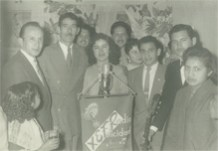 """Con los ganadores, el Compositor y Cantante Olimpo Cárdenas –a la derecha del micrófono-, en un sorteo de """"Serenata en su Ventana"""""""