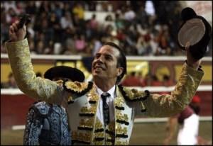 El matador Otto Rodríguez levanta los brazos en señal de triunfo