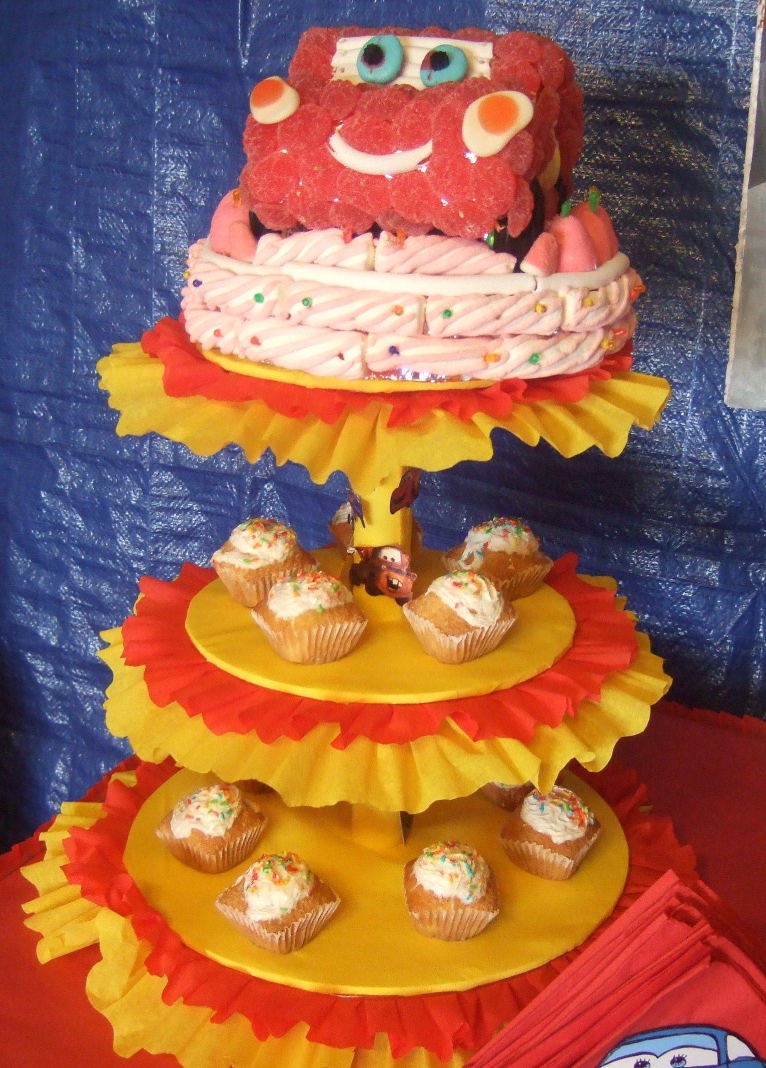a continuacin podrs inspirarte en estas ideas para decorar una torta o pastel echa con dulces de gomitas creando la forma del carrito de cars fjate los