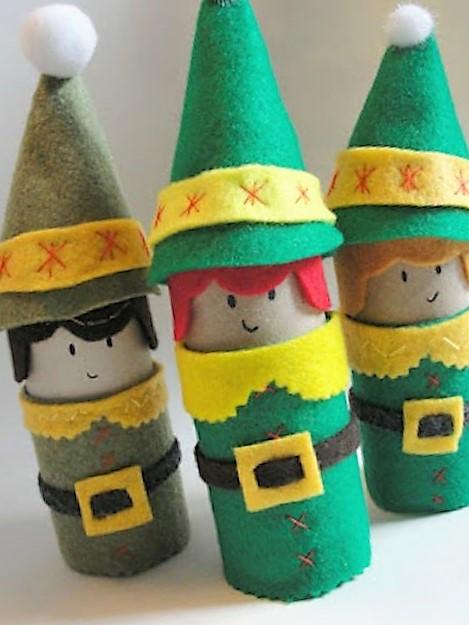 manualidad de duendes navideños en filtro y conos de papel higienico