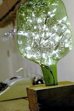 decoración con botellas llena de luces navideñas