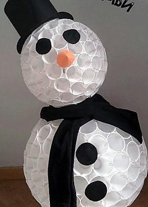 manualidad de muñeco de nieve con vasos reciclados