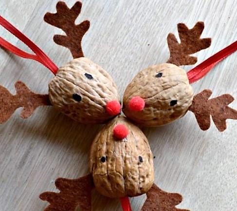 manulidad para decorar la navidad con renos de cascaras de nueces