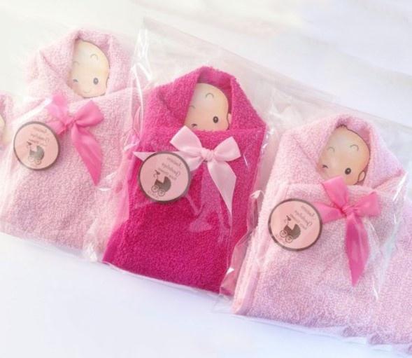 4c6ffc689 Originales recuerdos hechos con pequeñas toallas de colores y dentro llevan  la imagen de un bebe. Son muy fáciles de hacer y económicos también.