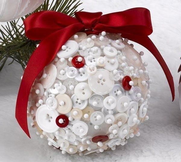 Bolas de navidad hechas con botones