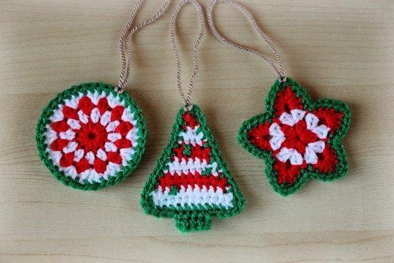 Originales ideas de adornos navideños con bordados con hilos verde y rojo