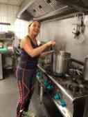 Aan Margriet Udding kun je dat maken van die soep wel overlaten, bij Café De Jachthaven Kwintsheul