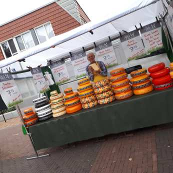 Nijka Kaas uit Rijssen Al jaren een trouwe kaasboer op de weekmarkt van Heino Marjolein mocht vanalles proeven. Zij is de kaaseetster in huis. Ze kocht de belegen Nijka. Ik een puntje mosterdkaas