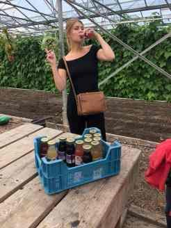 Een lekker flesje fruitsap mee bij Boeregoed Lisa Vos van AD.nl / AD Westland geniet er zichtbaar van