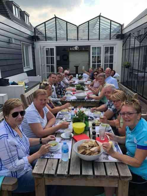 Iedereen lekker aan de courgettesoep bij Café De Jachthaven Kwintsheul: - gele courgettes van Courgettekwekerij van Vliet - uien van Boeregoed - knoflook, bouillonblokjes en melk van Biefit Gezondheidswinkel - bieslook-roomkaas en olijfolie van Kaasmeester Richard - brood van Bakkerij van Malkenhorst - pesto en smeerseltjes van Kaashuis Tromp Naaldwijk