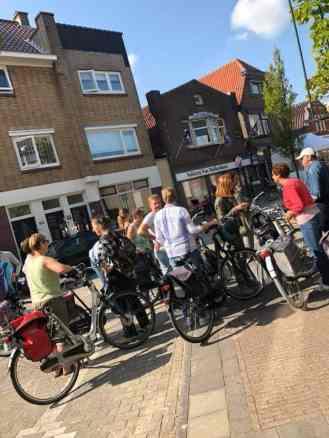 Met z'n allen even wachten op het brood van Bakkerij van Malkenhorst in de Voorstraat in Poeldijk
