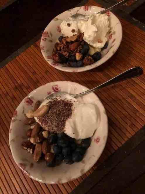 Ontbijtje: - banaan, blauwe bessen, lijnzaad schapenyoghurt en Griekse yoghurt van de Biefit Gezondheidswinkel - granola van Bakkerij Vreugdenhil - ongebrande notenmix van Kaasmeester Richard — bij Fietsen voor m'n eten.