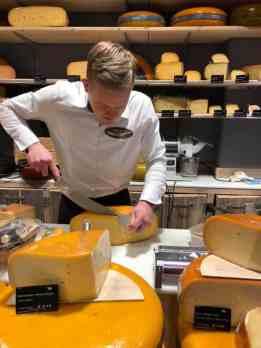 Voldaan moe nog even met de vierwieler langs Kaasmeester Richard voor kaas en noten — bij Kaasmeester Richard.
