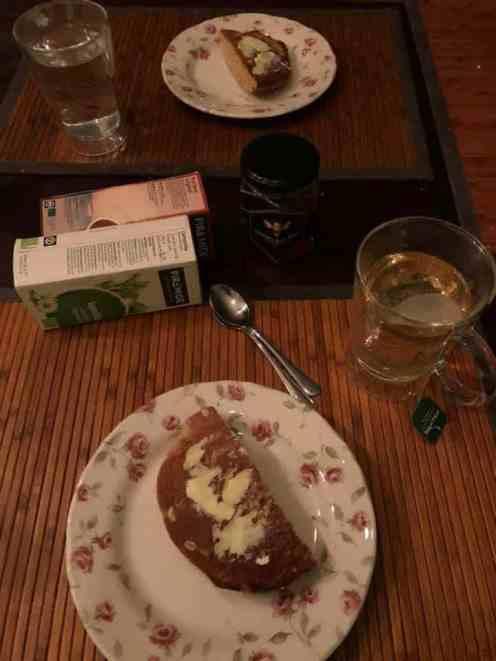 Ontbijtje met eierkoek van Bakkerij Vreugdenhil met boter en thee van de Biefit Gezondheidswinkel en honing van Vince Stroober — bij Fietsen voor m'n eten.