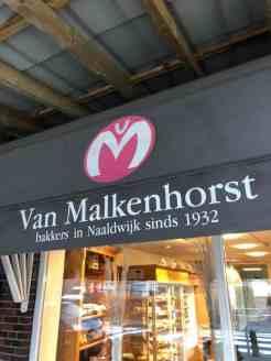 Nog even bij Bakkerij van Malkenhorst langs voor melk van DelflandseZuivel en broodjes — bij Bakkerij van Malkenhorst.