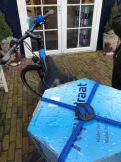 Verder fietsen met 10-literverpakking Aquadraat water van Santé Holland op m'n bagagedrager — bij Santé Holland.