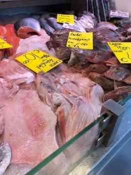 Verse sliptongetjes en zeekraal halen bij Vishandel 't Loggertje op de weekmarkt in Naaldwijk — in Naaldwijk.