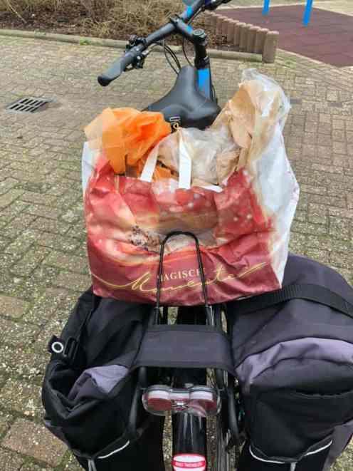 Met een tas vol zakjes onderweg naar Boer Pait Peter Hoogendonk. Toepasselijke tas vol 'magische momenten'... — bij Fietsen voor m'n eten.