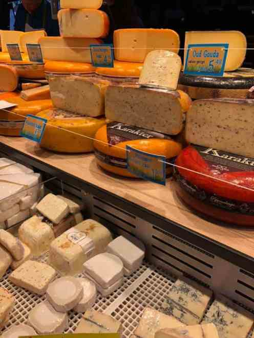 Genoeg kaas met Karakter bij Altena Kaas op de weekmarkt in Naaldwijk — in Naaldwijk.