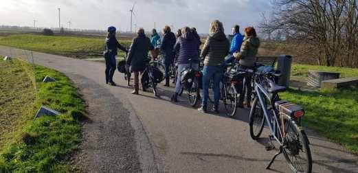 Even stoppen bij de Oranjepolder om wat meer over het gebied te vertellen — bij Boerderij Hoogendonk.