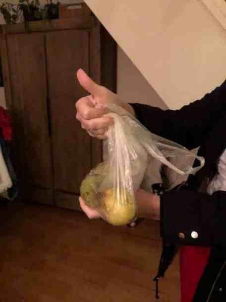 Buuf Marina de Vries kwam een paar peertjes voor uit het vuistje halen, dat duimpje zegt meer dan een foto van haar gezicht... — bij Fietsen voor m'n eten.