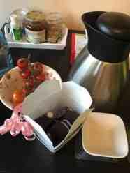 Plannen smeden voor de Huishoudbeurs met Ester Broug van Boerenfluitjes, met bonbons van Onwijs Lekker, thee van de Biefit Gezondheidswinkel en tomaatjes van de Cubalaan 25, waarvan de opbrengst naar Team Westland gaat. — bij Fietsen voor m'n eten.