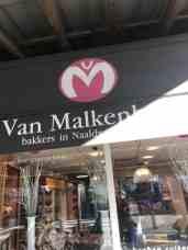 De zon scheen vol onder die winteroverkapping door bij Bakkerij van Malkenhorst — bij Bakkerij van Malkenhorst.