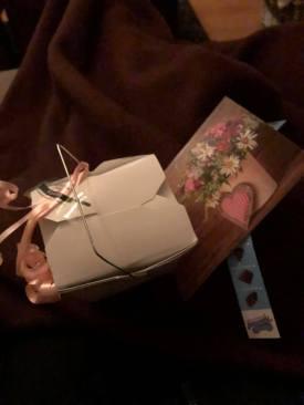 Lief Valentijns kadootje van m'n moedertje: doosje bonbons van Onwijs Lekker, samengesteld bij Kaasmeester Richard — bij Fietsen voor m'n eten.